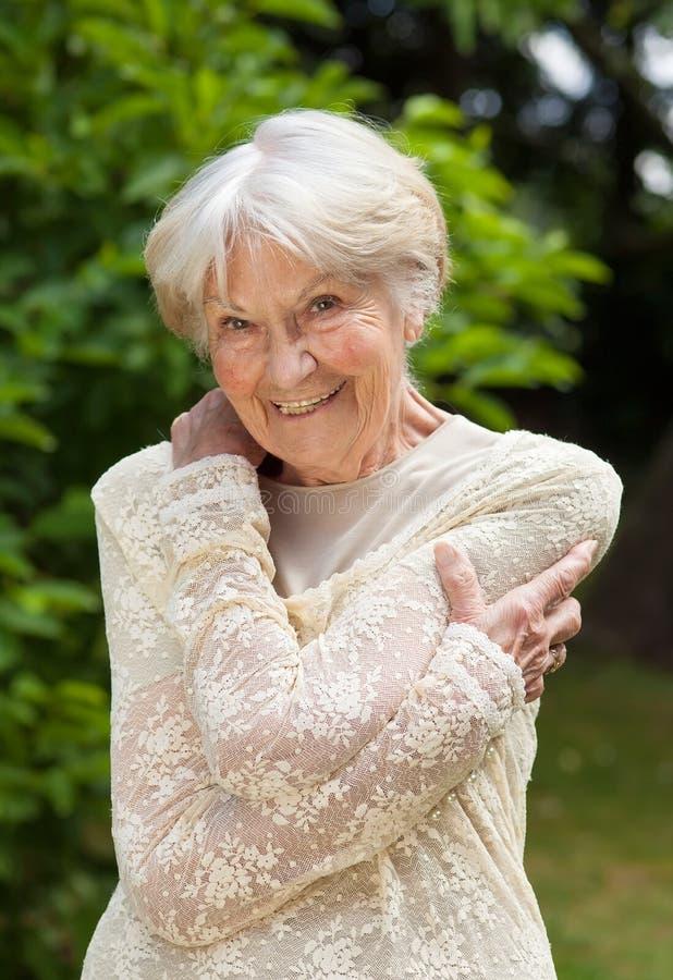 Lächelnde freundliche ältere Frau stockbild
