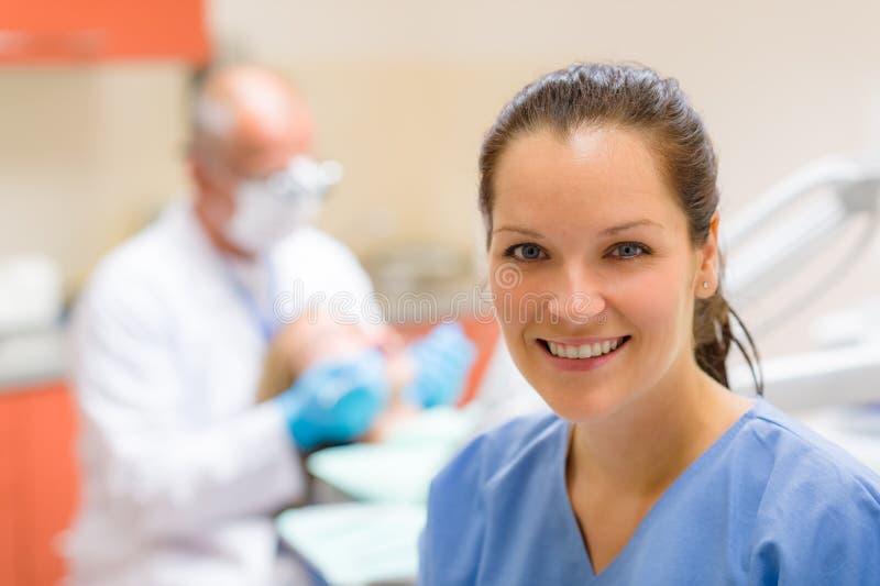 Lächelnde freundliche Krankenschwester der Frau des Zahnarzthelfers stockbild