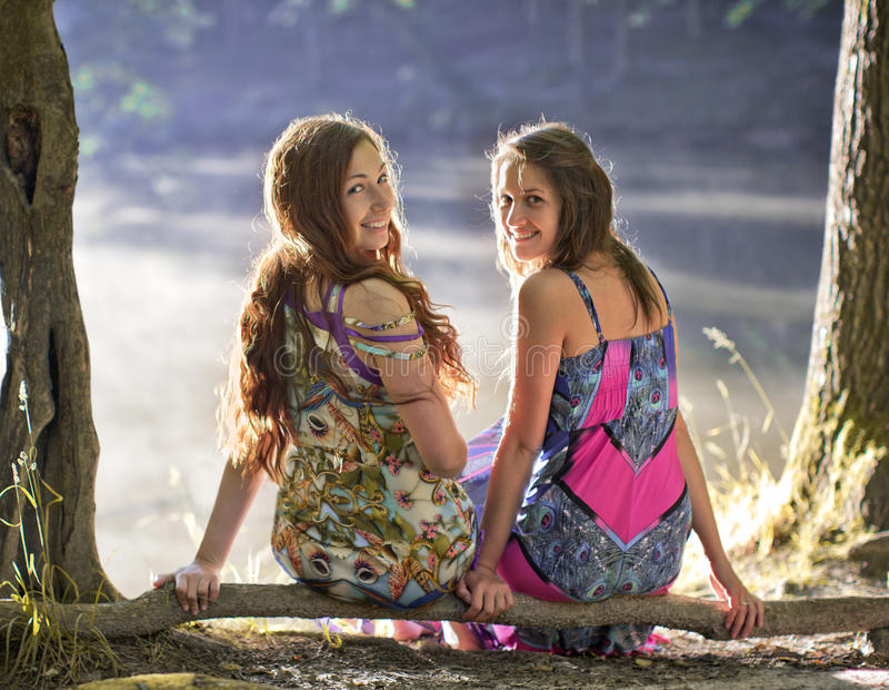 Lächelnde Freundschaft zwei Mädchen lizenzfreies stockbild