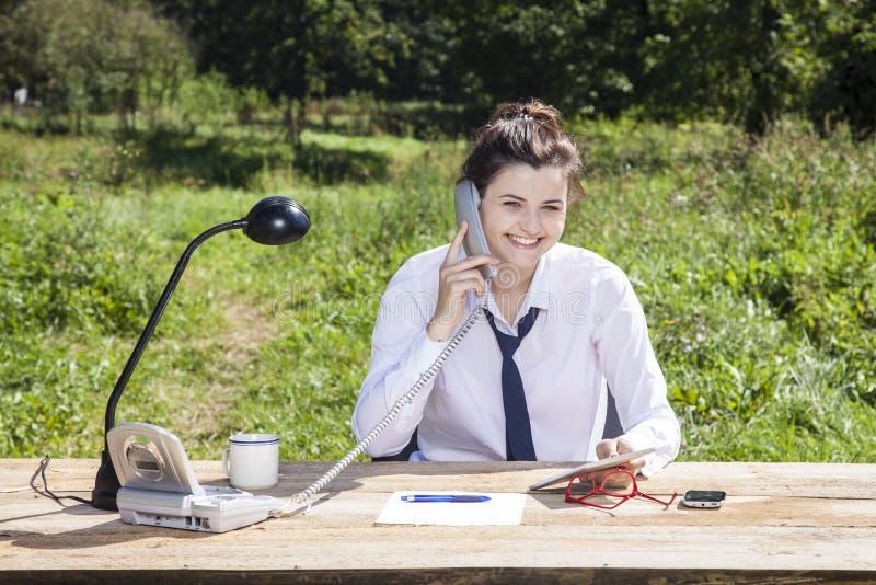 Lächelnde Geschäftsfrau analysieren Daten lizenzfreies stockbild