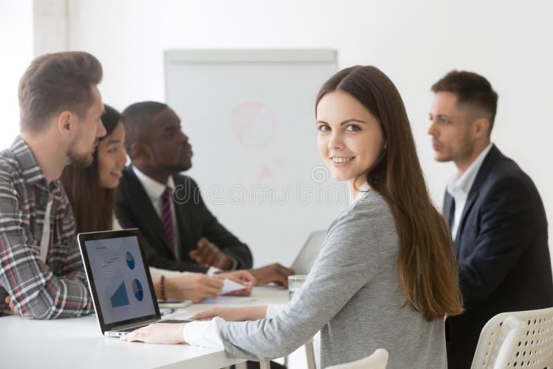 Lächelnde Geschäftsfrau Berufs oder Internierter, der Kamera a betrachtet stockfotografie
