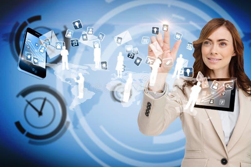 Lächelnde Geschäftsfrau, die auf die apps fliegen zwischen Geräte zeigt lizenzfreie stockbilder