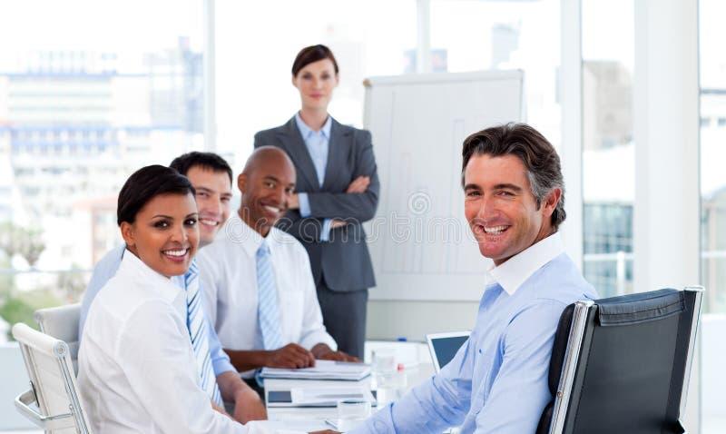 Lächelnde Geschäftsfrau, die eine Darstellung gibt stockfotografie
