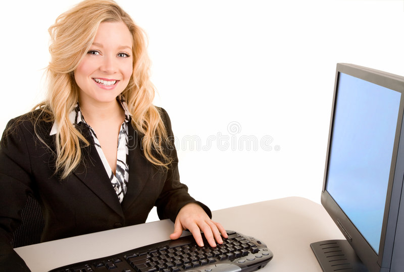 Lächelnde Geschäftsfrau, die an ihrem Schreibtisch arbeitet lizenzfreie stockbilder