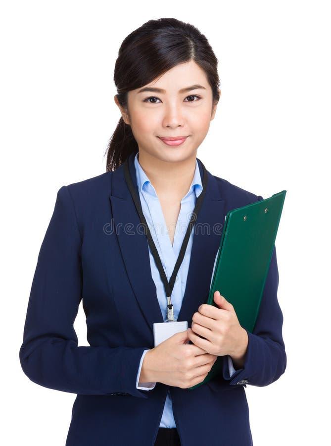 Lächelnde Geschäftsfrau, die Klemmbrett hält lizenzfreie stockfotos