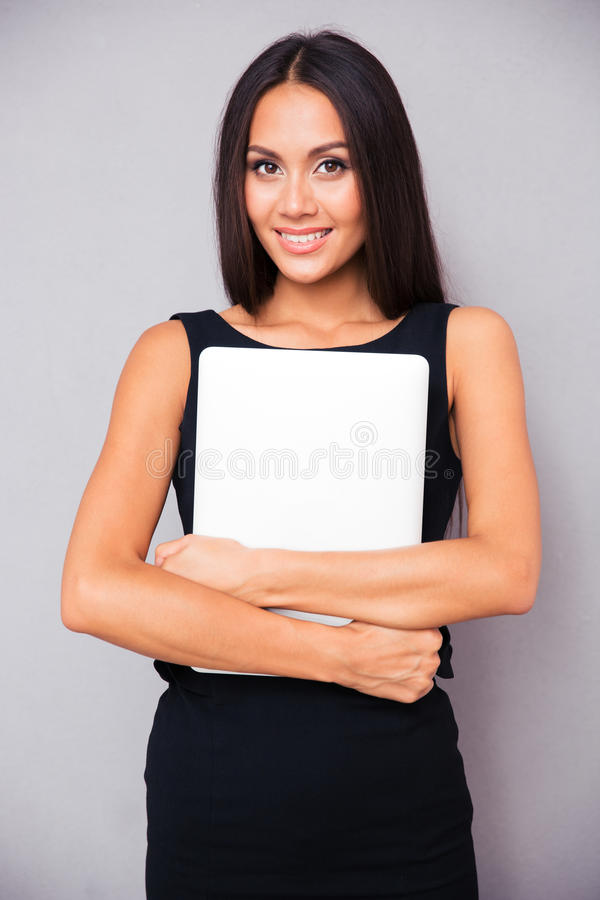 Lächelnde Geschäftsfrau, die Laptop hält lizenzfreie stockfotos