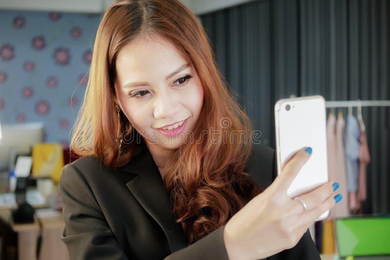Lächelnde Geschäftsfrau, die selfie Foto auf Smartphone bevor dem Gehen zur Büroarbeit macht lizenzfreies stockfoto