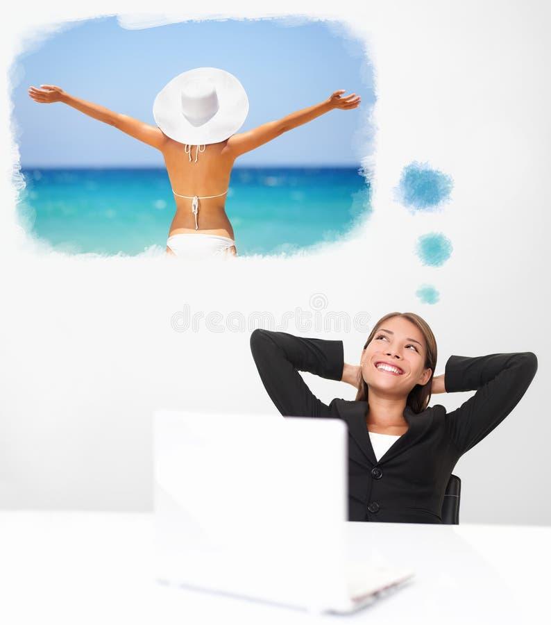 Lächelnde Geschäftsfrau, die von der Strandreise träumt lizenzfreies stockbild