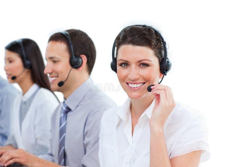 Lächelnde Geschäftsfrau in einem Kundenkontaktcenter mit ihrem MU lizenzfreie stockfotos