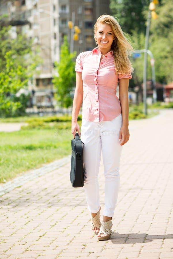 Lächelnde Geschäftsfrau im Park stockbilder