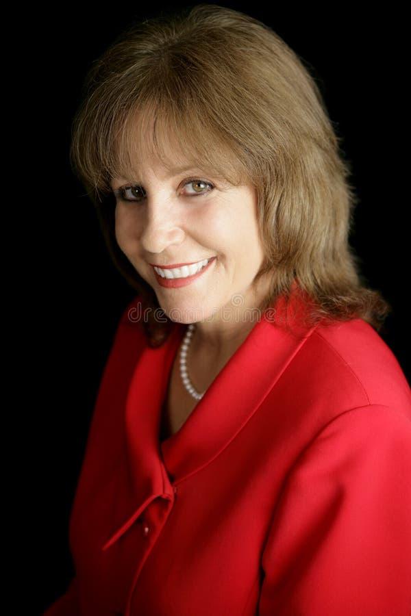 Lächelnde Geschäftsfrau im Rot stockfoto