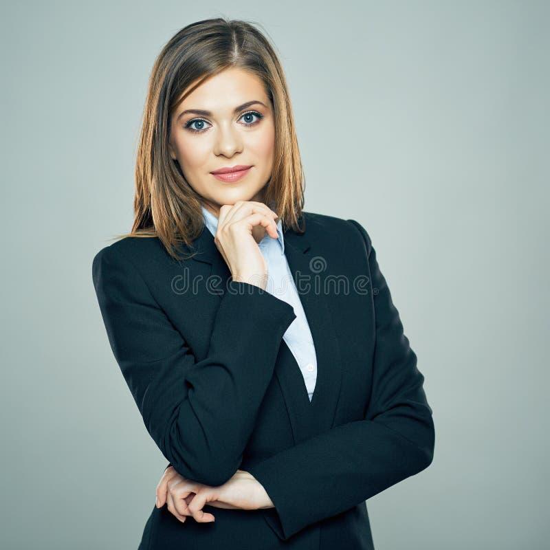 Lächelnde Geschäftsfrau kreuzte Arme lokalisiertes Porträt stockfoto