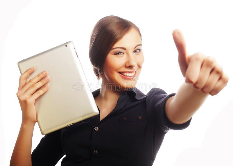 Lächelnde Geschäftsfrau mit hoher Show des Tablettendaumens. lizenzfreies stockfoto