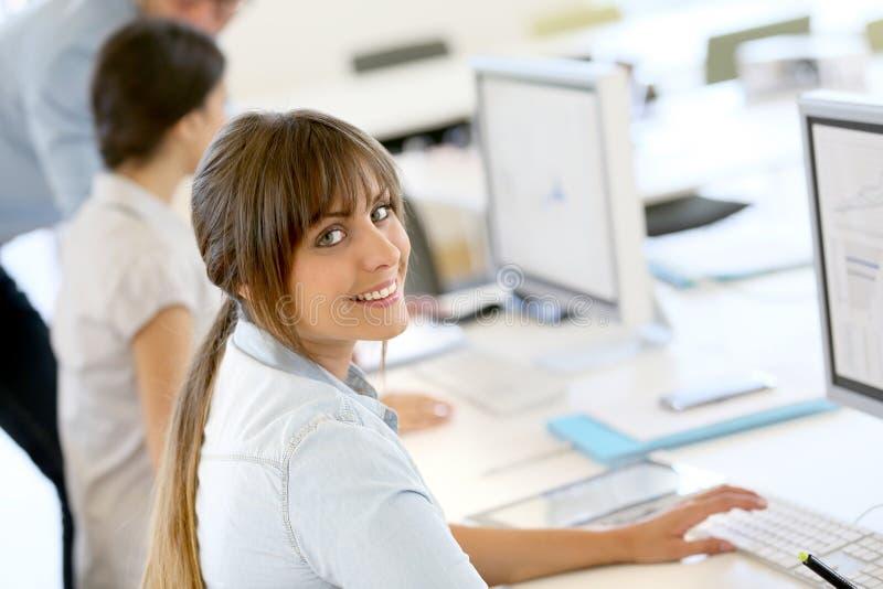 Lächelnde Geschäftsfrau mit Kollegen dazu lizenzfreies stockfoto