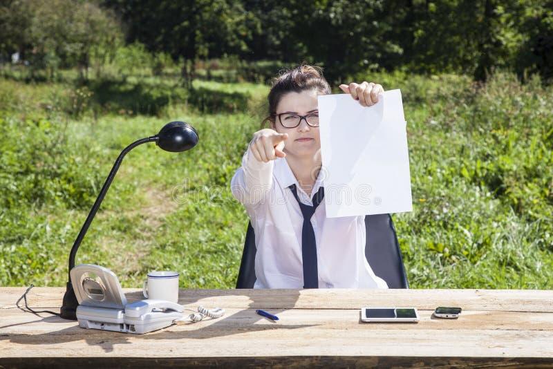 Lächelnde Geschäftsfrau Pointing At You lizenzfreie stockbilder