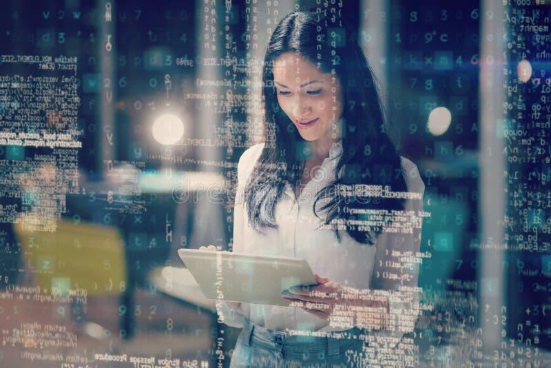 Lächelnde Geschäftsfrau Using Digital Tablet vektor abbildung