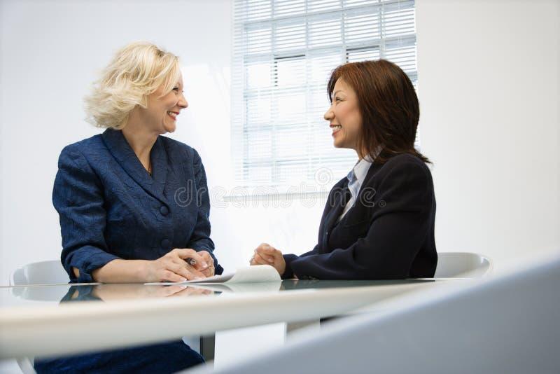 Lächelnde Geschäftsfrauen lizenzfreie stockbilder