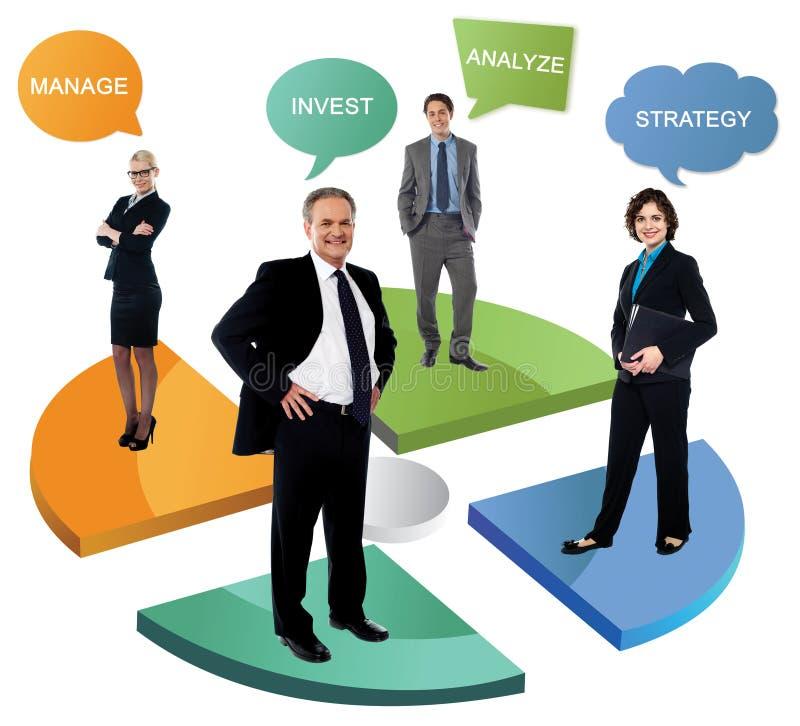 Lächelnde Geschäftsleute auf Kreisdiagramm lizenzfreies stockbild