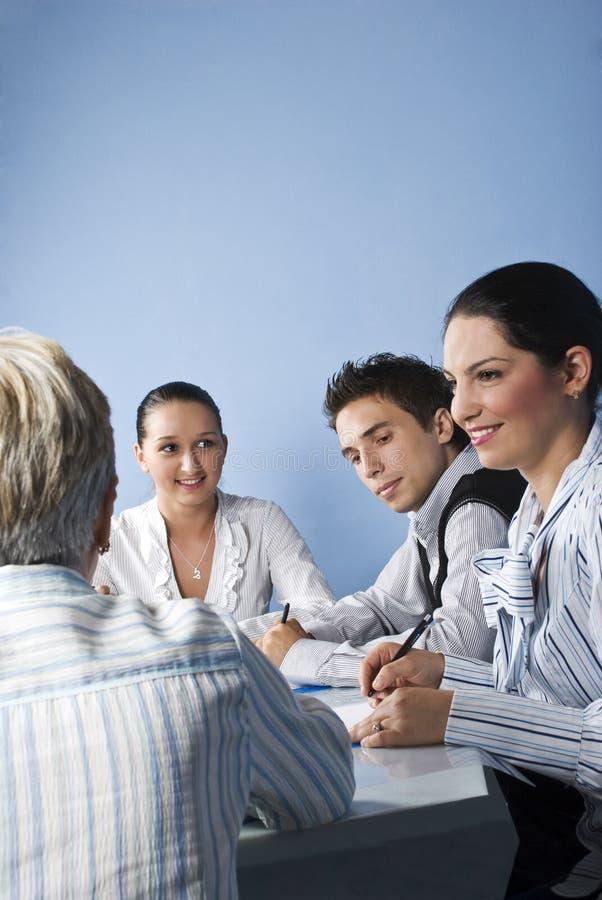 Lächelnde Geschäftsleute, die eine Sitzung haben lizenzfreie stockbilder