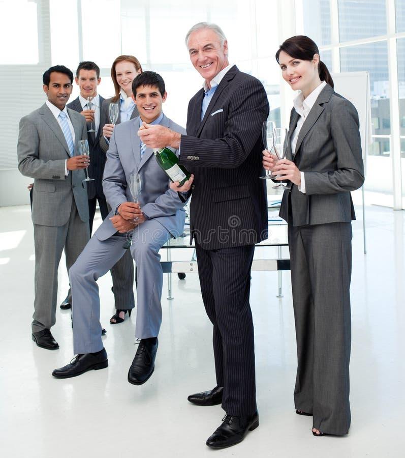 Lächelnde Geschäftsleute, die einen Erfolg feiern stockfotos