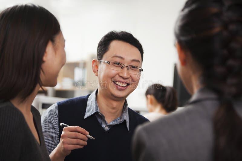 Lächelnde Geschäftsleute, die Sitzung im Büro haben stockfotos