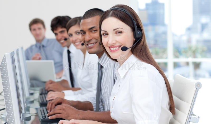 Lächelnde Geschäftsleute mit Kopfhörer ein stockfoto