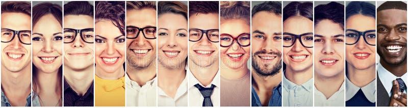 Lächelnde Gesichter Glückliche Gruppe multiethnische Männer und Frauen der jungen Leute lizenzfreie stockfotos