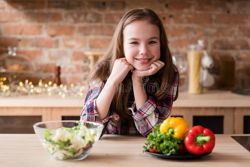 Lächelnde gesunde Nahrung der Mädchen Veggiesalat-Mahlzeit stockbild