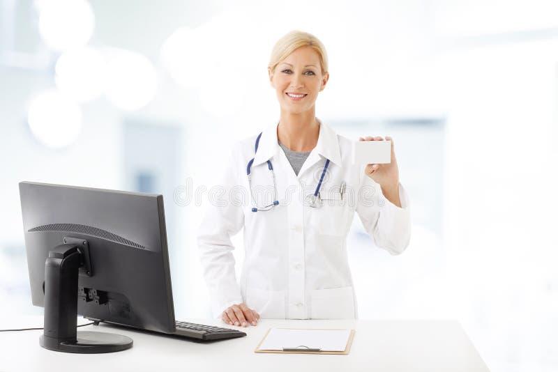 Lächelnde Gesundheitspflege-Arbeitskraft stockfotografie