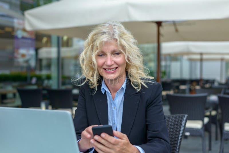 Lächelnde glückliche ältere Geschäftsfrau stockfotografie