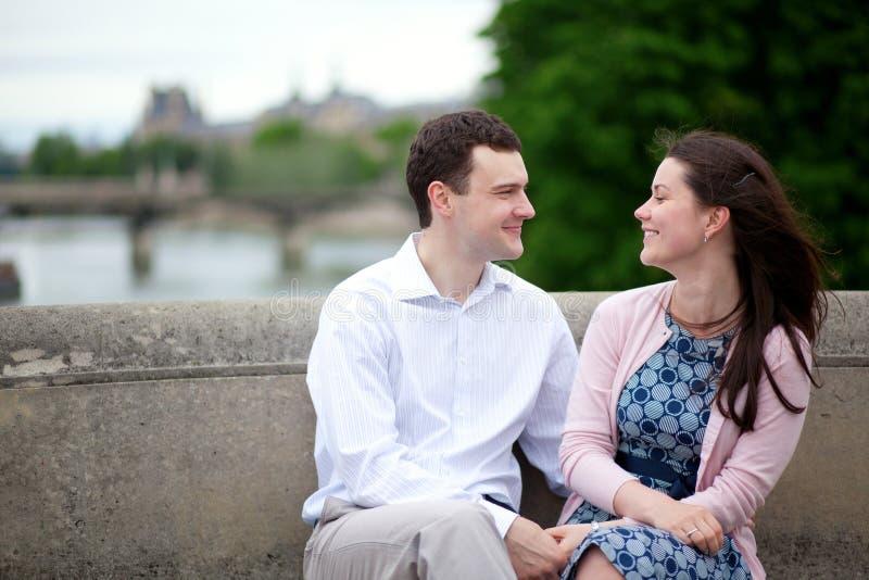 Lächelnde glückliche Datierungspaare des Positivs lizenzfreie stockfotografie