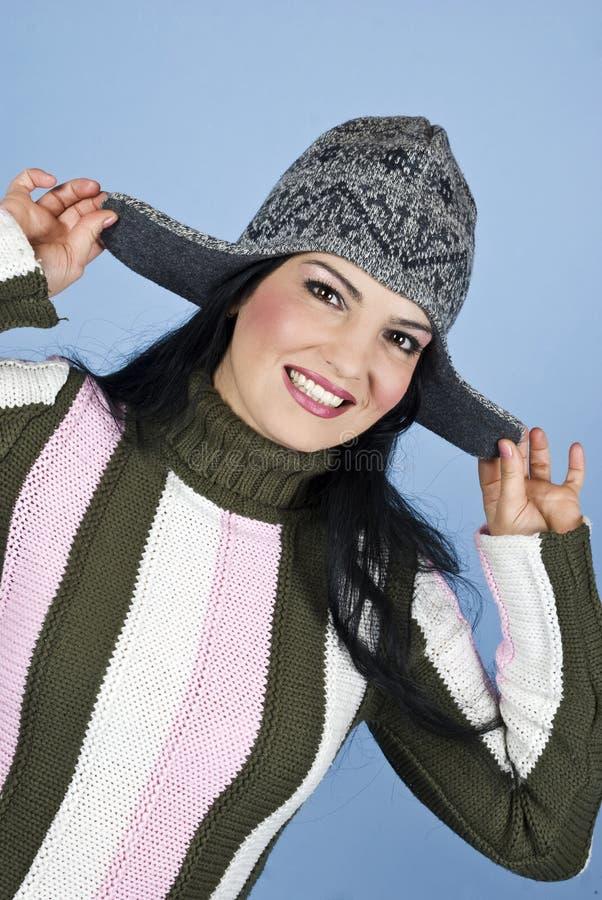 Lächelnde glückliche Frau mit Winterschutzkappe