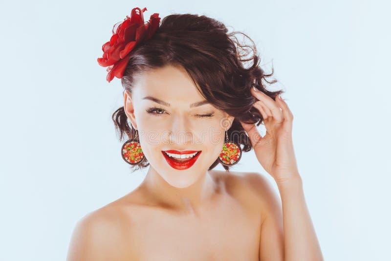 Lächelnde glückliche junge Frau Winks stockbild