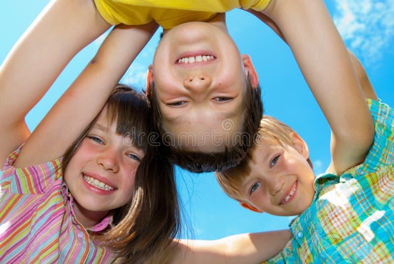 Lächelnde glückliche Kinder stockfotografie