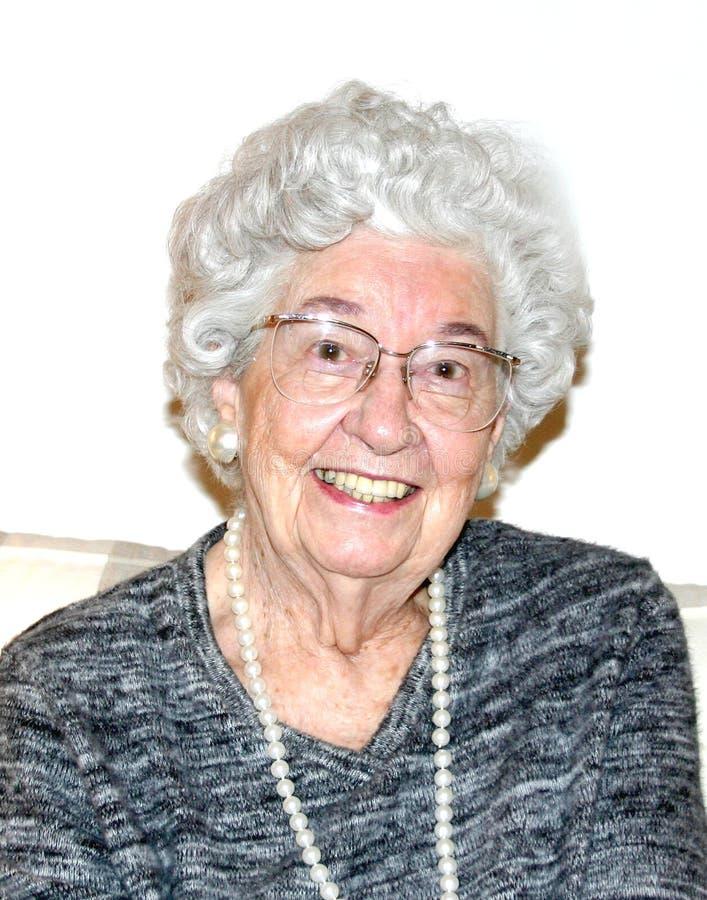 Lächelnde Großmutter lizenzfreies stockfoto