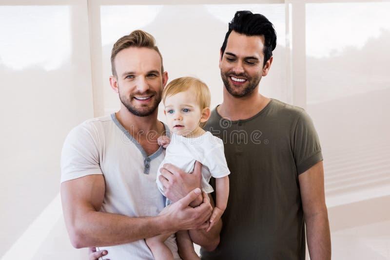 Lächelnde homosexuelle Paare mit Kind lizenzfreies stockbild