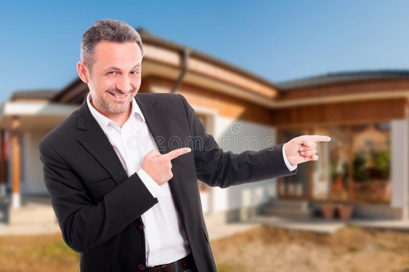 Lächelnde Immobilienagentur zeigen das neue Haus an stockfoto