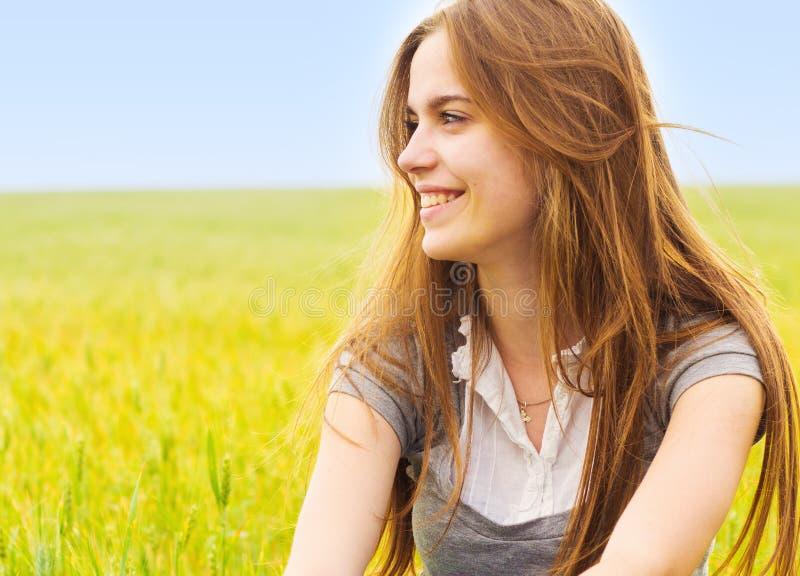 Lächelnde Jugendliche lizenzfreie stockfotografie