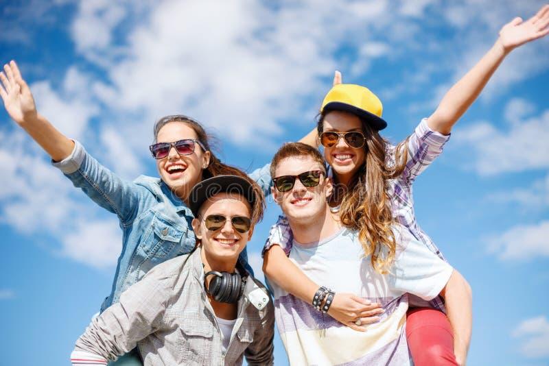 Lächelnde Jugendliche in der Sonnenbrille, die Spaß draußen hat stockfoto