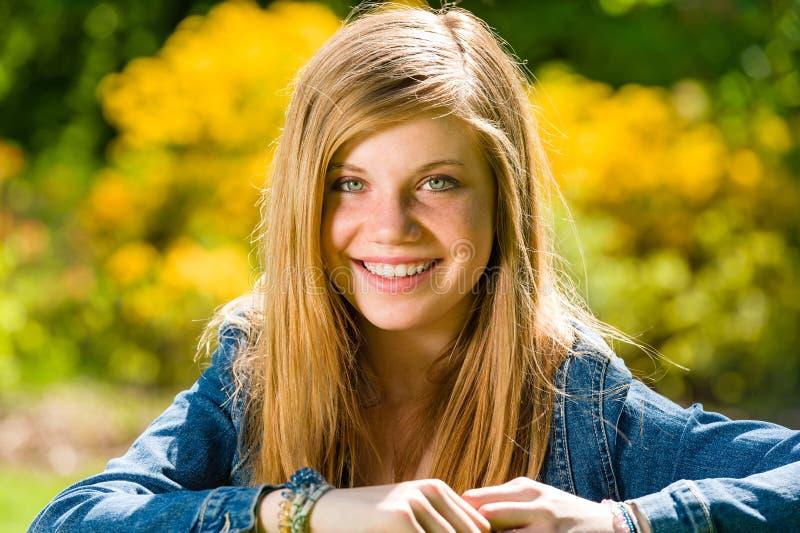 Lächelnde Jugendliche, die draußen Kamera betrachtet lizenzfreies stockfoto