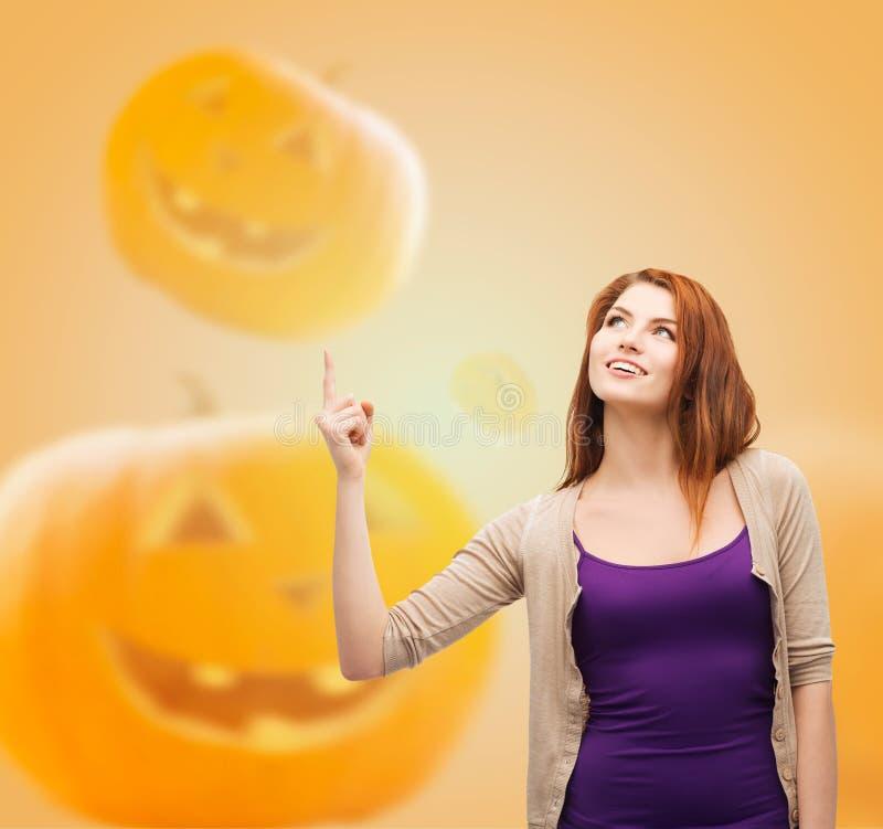 Lächelnde Jugendliche, die oben Finger zeigt lizenzfreie stockbilder