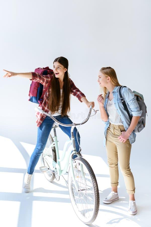 lächelnde Jugendliche, die weg mit dem Freund nahe steht zeigt lizenzfreie stockfotografie