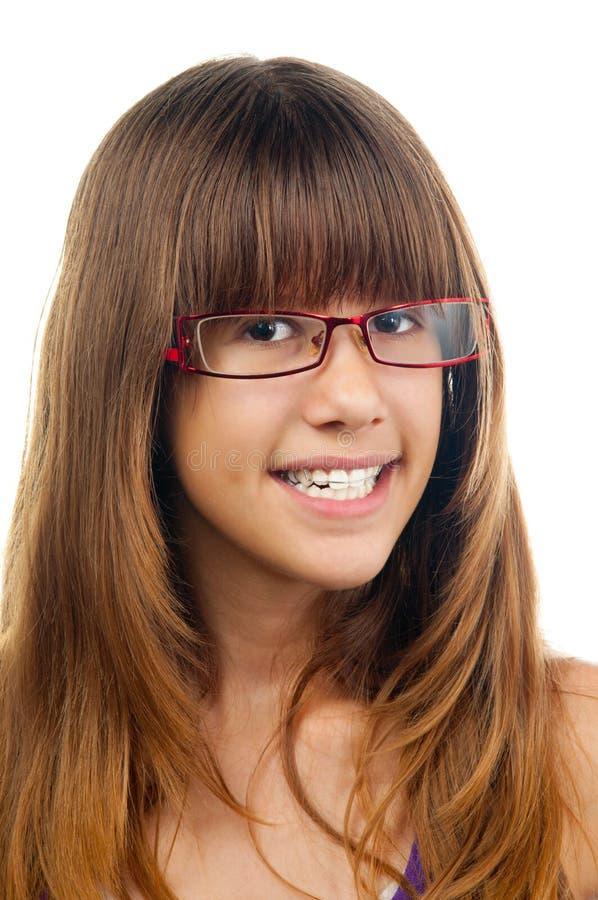 Lächelnde Jugendliche mit Gläsern und Gebissen stockbilder