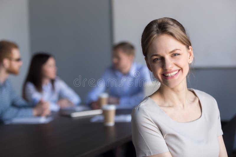 Lächelnde junge attraktive Berufsgeschäftsfrau, die c betrachtet stockfoto