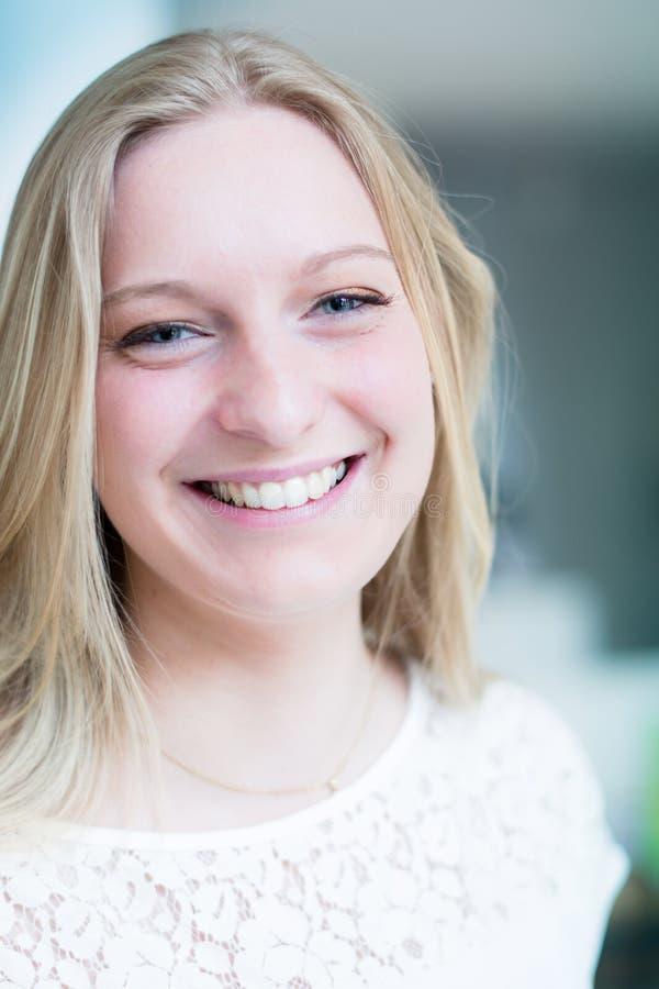 Download Lächelnde Junge Attraktive Frau Stockfoto - Bild von innen, menschlich: 26370278