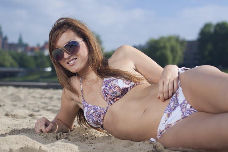 Lächelnde junge blonde Frau im Bikini stockfoto