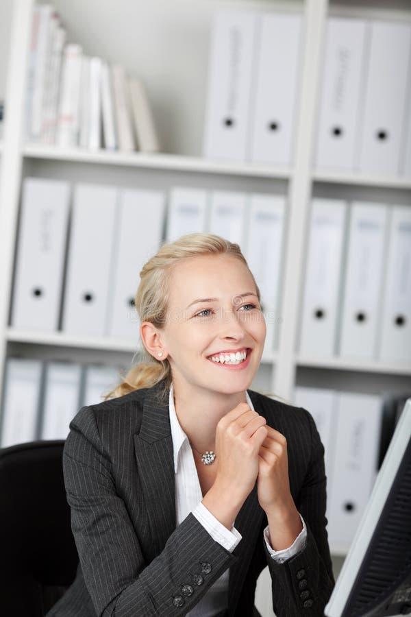 Lächelnde junge blonde Geschäftsfrau lizenzfreies stockfoto