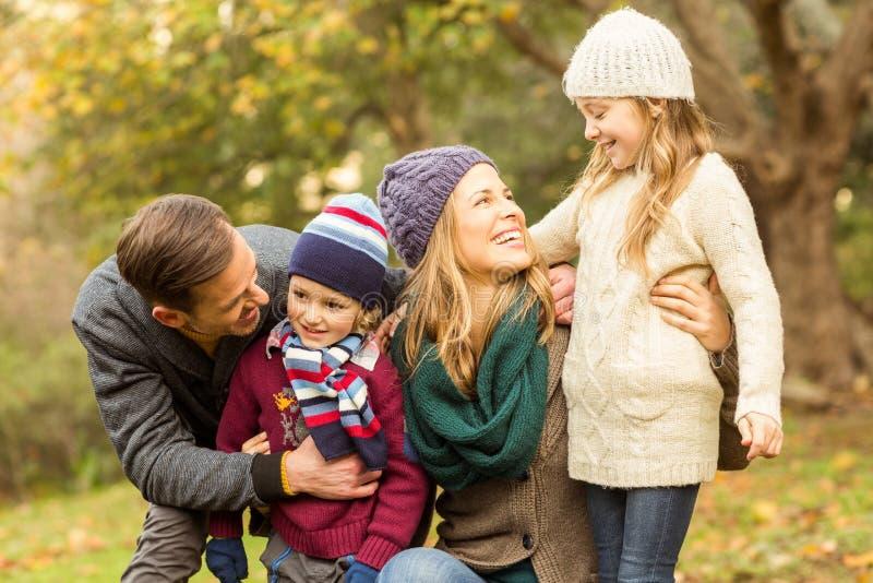 Lächelnde junge Familie, die zusammen aufwirft lizenzfreie stockfotografie