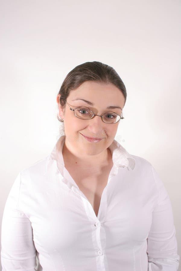 Lächelnde junge Frau lizenzfreie stockfotos
