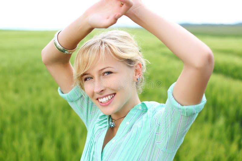 Lächelnde junge Frau lizenzfreies stockbild